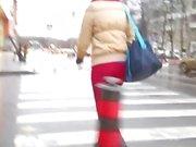 Nettes Mädchen in den Arsch in engen roten Hose