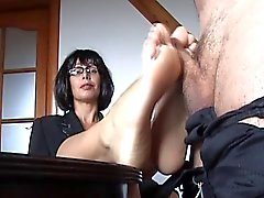 footjob sur la table de