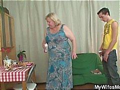Splendida la nonna sta scuotere dai il suo figlio sul diritto