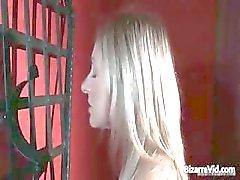 Geil en kinky blonde Greta strippen part2