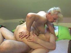 Äldre par knulla hårt med bädden !!