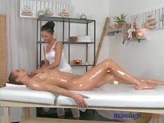 Sala massaggi lesbica con piede sexy della ha il corpo cornea esplorati da adolescenti
