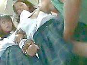 Zwei unschuldige Schoolgirls tappte im Busservice