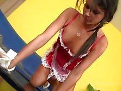 Prostituée fille une chevelure foncée au unifrom sexy de tourne sur Boner dure