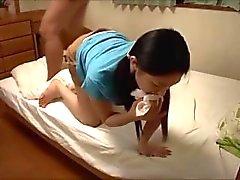 Japanische Mädchen lassen ihren Lehrer leicht weg von einer Last fallen.