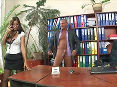 Курение горячей брюнетки в очках едет свой босс в его кабинете