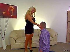 Curvy Mütter Alura mit in festes Kleid dominiert über Jeremy