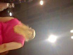 do upskirt senhora de vestido rosa