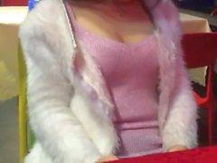 Китайская девушка имеет удовольствие в общественных местах