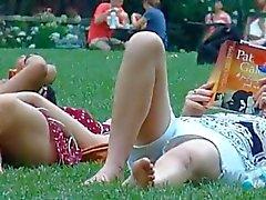 spion moeder en jonge dochter in het park deel 2