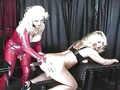 Travesti rubia de tetona bondaged