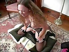 Mädchen hat die tolle Orgasmen auf der Sybian