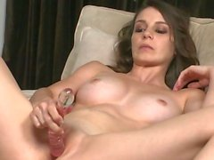 Succulente Babe poussé son jouet intime au fond de sa con humide