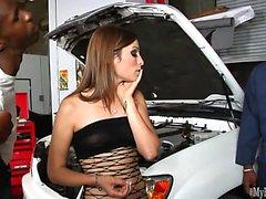 Amber Rayne aracını siyahıyla sabit tutuyor ...