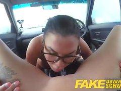 Falso Driving School New motorista recebe um curso intensivo de cinta em foda lésbica