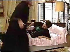 Court Kinky Granny dans un Ménage à trois