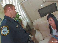 La mala muchacha Mason Moore se la follan un policía