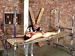 Master utilise les cire de bougie pour rendre minet liées inconfortables