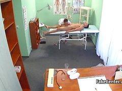 Brunetta infermiera cazzo a all'ospedale