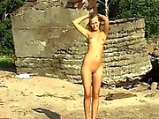Blonde con suocera di Linda facciale ottiene il nude sulla spiaggia