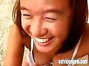 Asiatische Mädchen Jade in einer Kalender Vorsingen stellt und isst Hahn