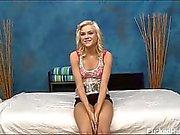 Jolie blonde de Chloe est séduit et la baisée dur par son massage