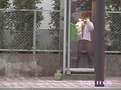Айа прижимает плоским жопу против какой-то грязного телефонной будки стекло публично