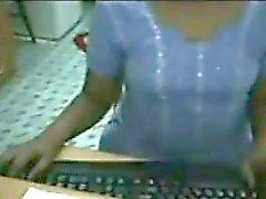 Una ragazza indiano prende in giro la tits e del pussy