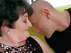 Vette oma wordt geneukt door jonge man