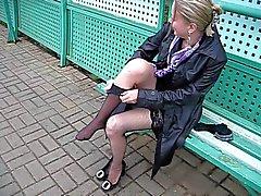 Jeune fille change de bas de à des gares