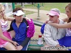 Papa fickt Cheerleader-Tochter