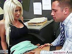 Vollbusige Blondine Rileys Jenner verdammtes im Büro