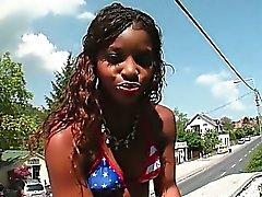 Afrikanischer verlockende Slut zu blinken ihr solchen sexy Stumpf im Freien