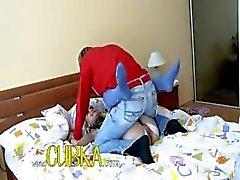 Sexy babysitter neuken op het bed