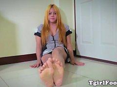 Footloving ladyboy cuidada flexionando seus pés