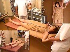 Sexy slim japanischen Babe hat eine Masseur toying ihre nasse Muschi