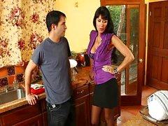 Hete moeder neuken haar zoon vriend