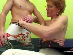 Alte Mutter fickt Stiefsohn vor dem Fernseher
