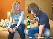 Cumplen con y da ella bebidas alcohólicas llevarla fluir de los jugos de sexo