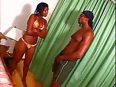 Jong zwart meisje neemt Enorme Cumshot na het strand