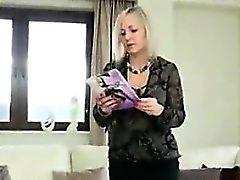 Ältere Frau in Nylons neckte Körper