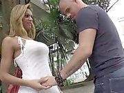 Latina tranny şanslı adam tarafından derinden etkilenmiş