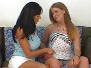 Лесбиянка Latina мамаша и автостопом раздеваться а облизывание а играя