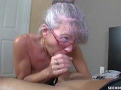 Magro la nonna greyhaired aspira mio rubinetto