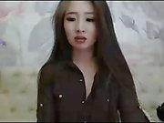Sexy Asian Brunette Striptease und Hairplay, langes Haar