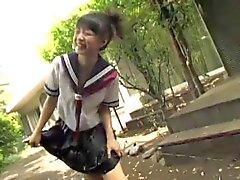 não explícito adolescente asiática que mostrando o seu calça