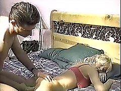 Mädchen von ihren Freundes schlafen saugen