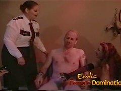 Die Polizistin und eine Domina Team einen Verbrecher zu verhören
