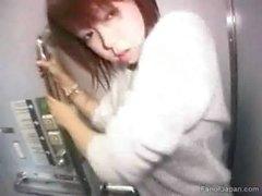 Ein asiatisches Mädchen in einem Zug in die Toiletten Reisender aus alljapanese schob