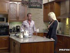 Horny casalinga Sienna Escursioni e scopa due di Uomini in della cucina